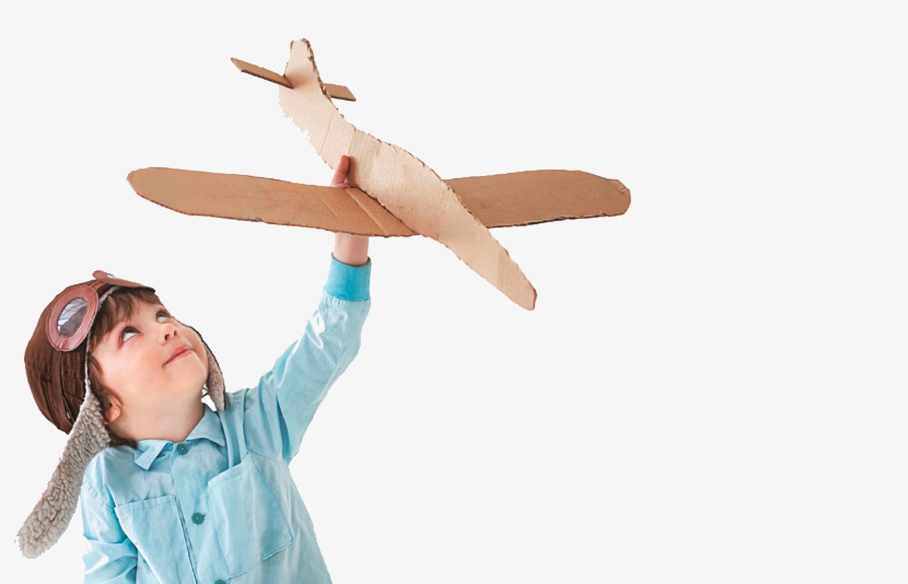 Peuter met kartonnen vliegtuig